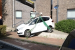 17 september 2020 - Auto vast op muurtje in Drachten
